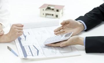 住宅設計図と電卓